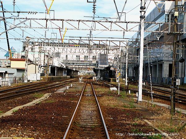 青海方の踏切から見た糸魚川駅構内