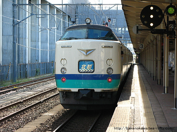 糸魚川駅を出発する485系特急「北越」金沢行
