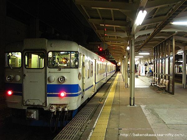 糸魚川駅を出発する富山行413系電車