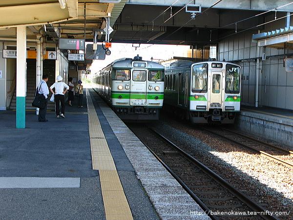 豊栄駅で列車交換する115系電車とE127系電車