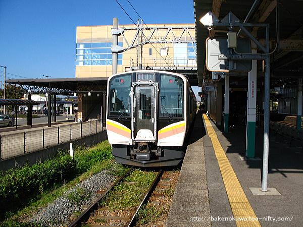 3番線で折り返し待機中のE129系電車