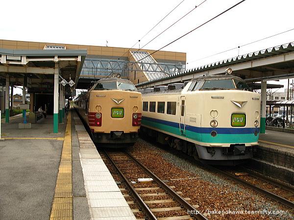 豊栄駅で行き違う485系電車時代の特急「いなほ」