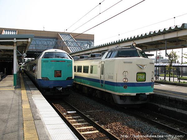 豊栄駅で行き違う485系T編成の特急「いなほ」