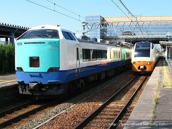 豊栄駅で行き違う485系R編成とE653系の特急「いなほ」
