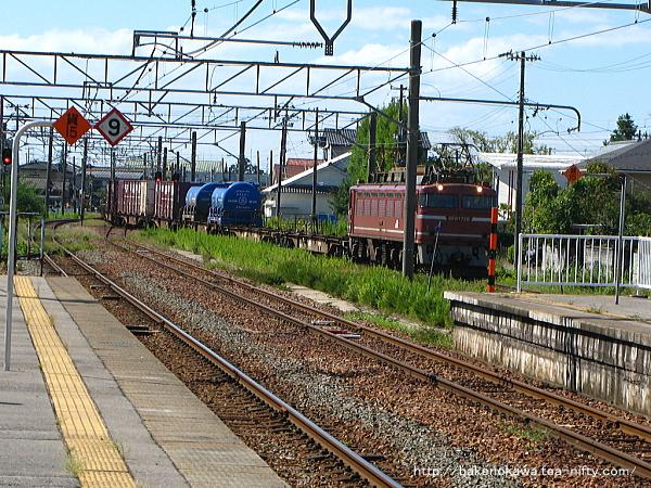 豊栄駅三番線に進入するEF81形電機牽引の貨物列車