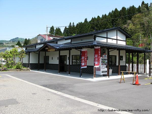 改築後の津川駅駅舎
