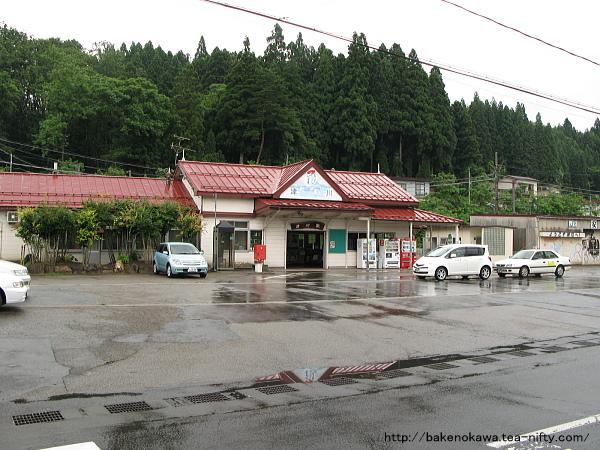 改築前の津川駅駅舎遠景