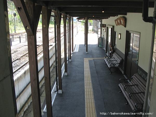 跨線橋出入り口から見た駅舎