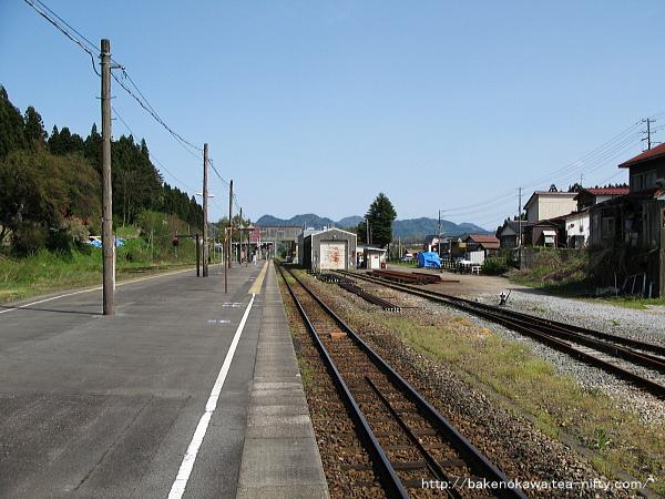 三川方から見た津川駅構内の様子
