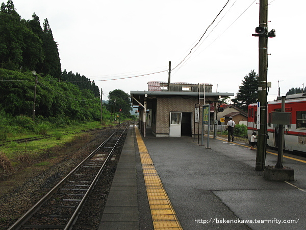 津川駅の島式ホームその4