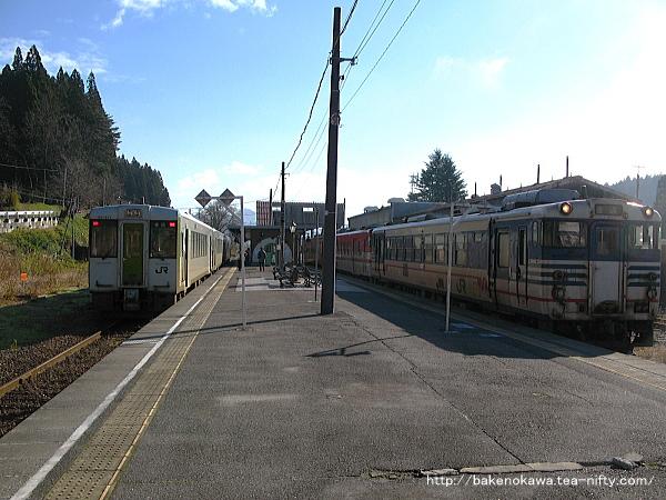 列車交換中のキハ110系とキハ40