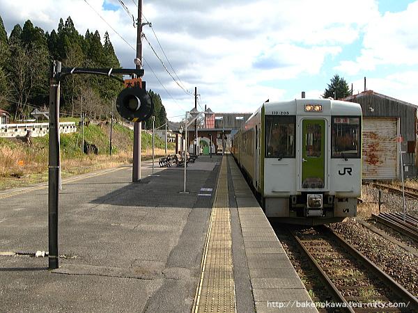 列車交換待機中のキハ110系快速「あがの」