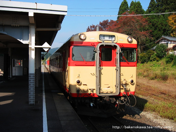 停車中のキハ58系を先頭にした臨時列車