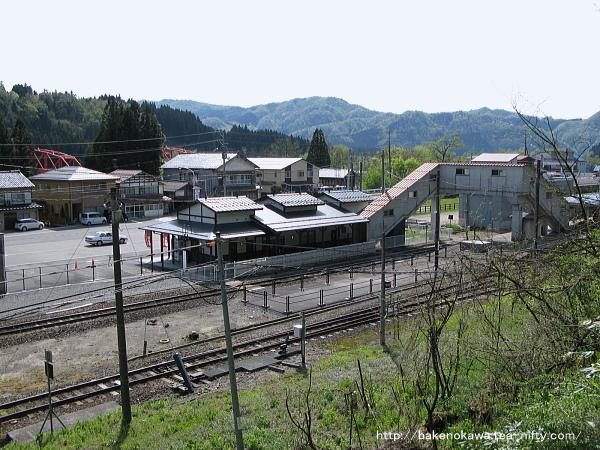 駅裏手の高台から俯瞰で見た津川駅