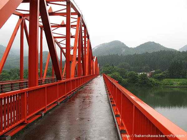 「きりん橋」上から津川駅方面を見る