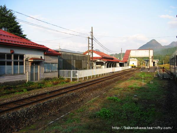 秋の朝の車中から見た旧駅舎時代の津川駅
