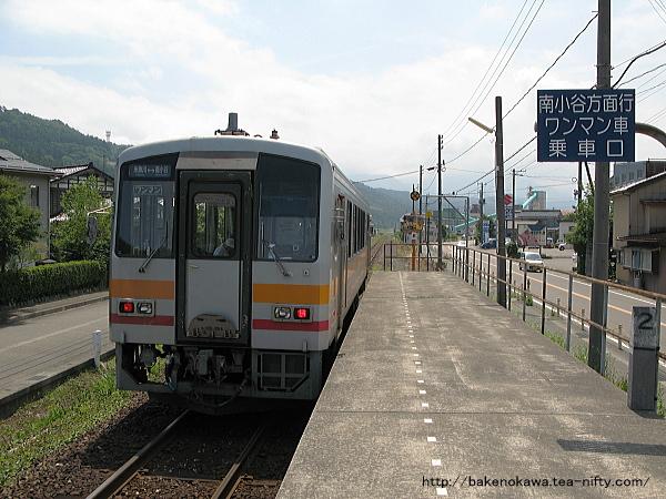 姫川駅を出発するキハ120形