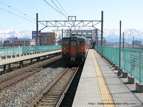 西新発田駅で特急退避中の115系電車