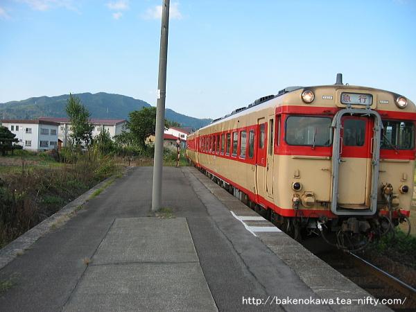 越後広瀬駅に進入するキハ58系気動車の「懐かしの急行奥只見号」
