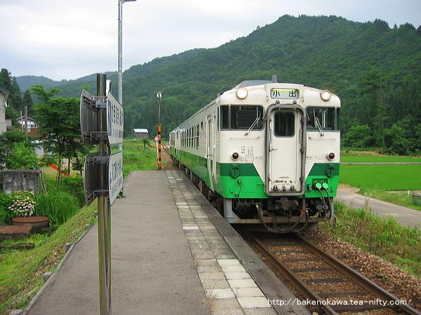 柿ノ木駅に進入するキハ40系気動車