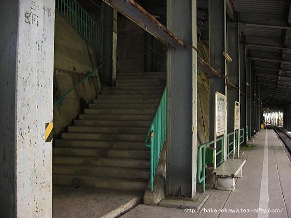 ホームから地上へ至る階段
