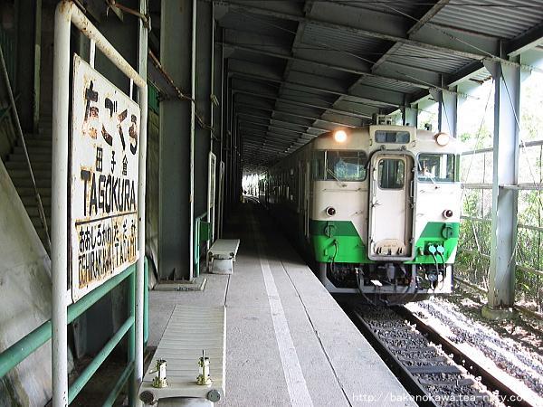 田子倉駅に到着したキハ40系気動車