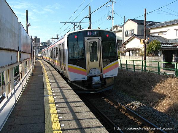 青山駅を出発したE129系電車