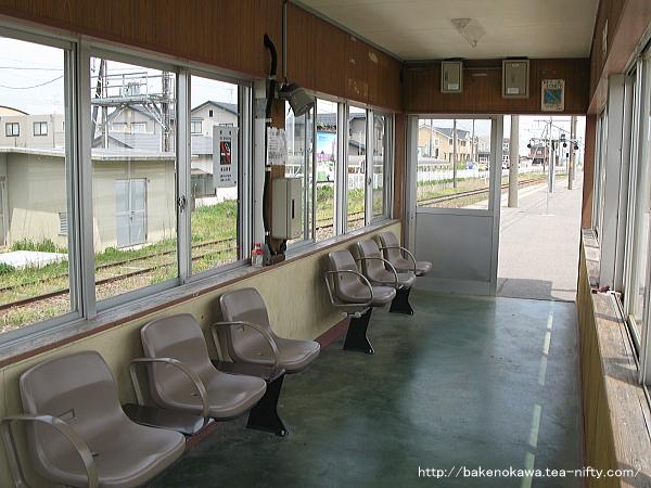 島式ホーム上の待合室その2