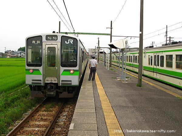 越後赤塚駅で列車交換するE127系電車と115系電車