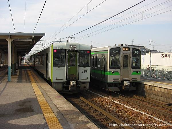 越後石山駅で顔を合わせたキハ110系気動車とE127系電車