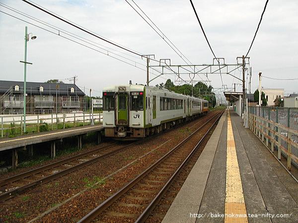 越後石山駅を通過するキハE120とキハ110系気動車