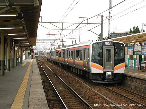 越後石山駅に停車するE129系電車その一