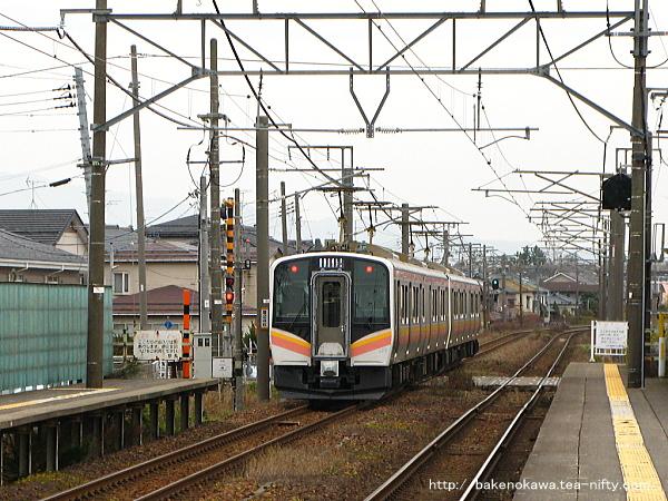越後石山駅に停車するE129系電車その二