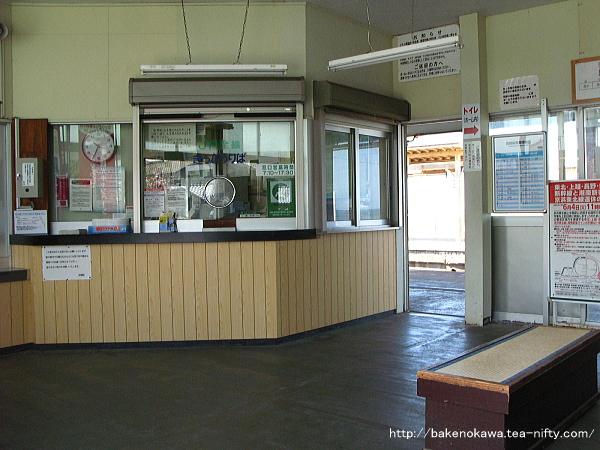 駅舎内部窓口及び改札口の様子