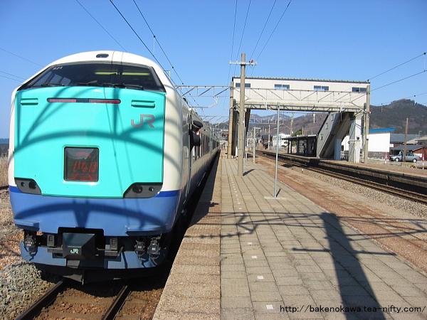府屋駅に停車中の485系電車特急「いなほ」