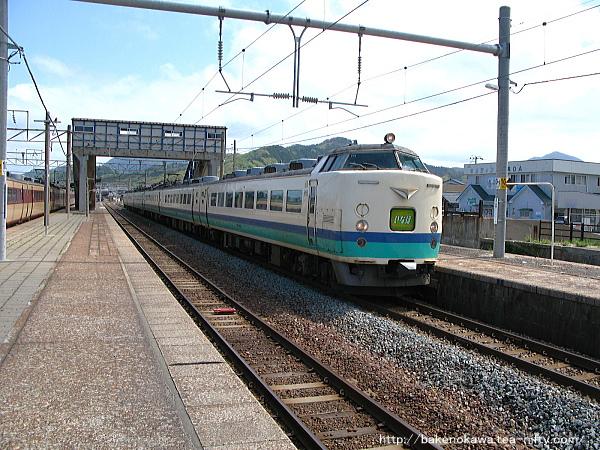 府屋駅ですれ違う485系電車特急「いなほ」その二