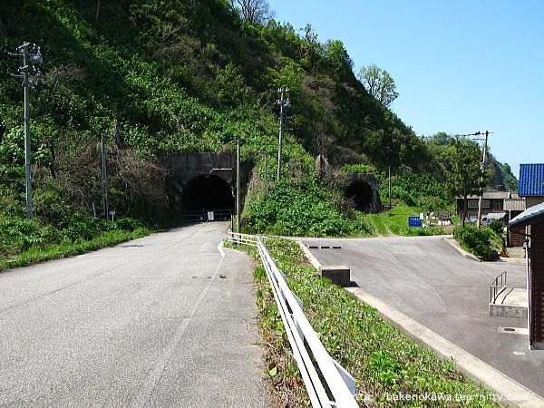 府屋駅近くの旧国道と羽越本線の廃トンネル