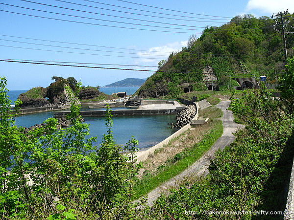 小さな入り江と港と三本のトンネル