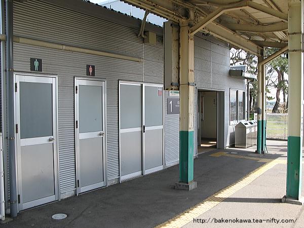 構内側から見た駅舎、