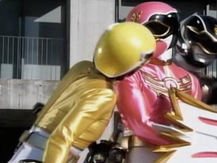 ゴセイピンクにキスをしたように見えるゴセイイエロー