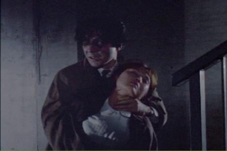 吸血鬼に襲われて、首を絞められて失神する女性