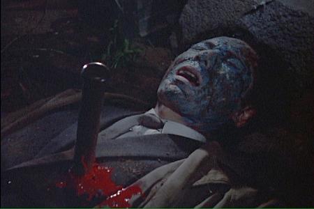 胸に杭を打たれて絶命する吸血鬼