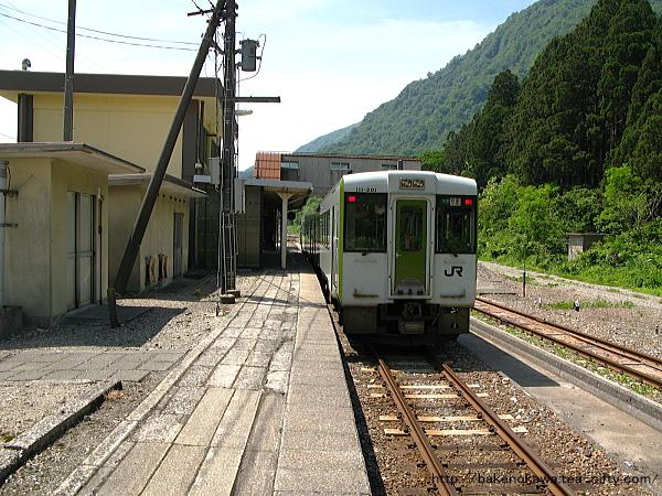 越後金丸駅を出発するキハ110系気動車快速「べにばな」
