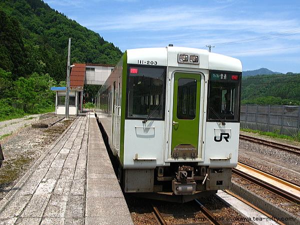 越後金丸駅に到着したキハ110系気動車