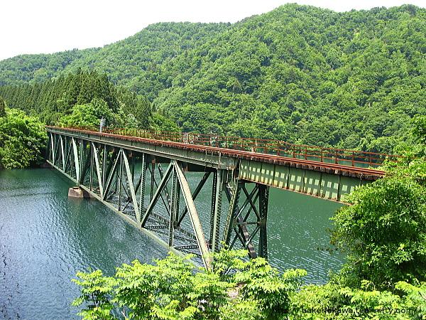 八ツ口大橋上から見た米坂線の鉄橋