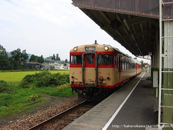 越後田沢駅を通過するキハ58系の「なつかしの急行野沢」号