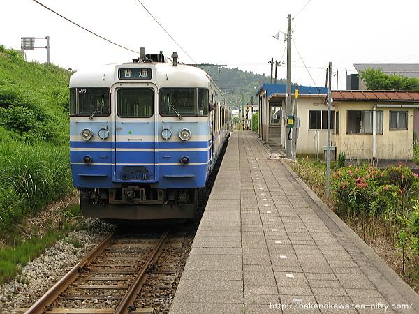 小木ノ城駅を出発する115系電車