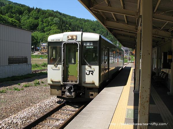 津南駅に到着したキハ110系気動車