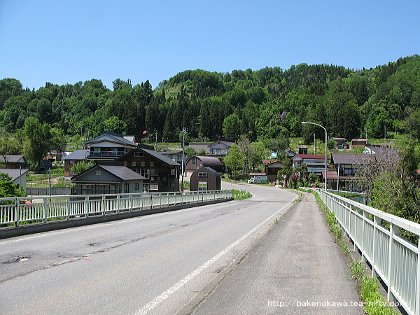 信濃川に架かる県道の橋