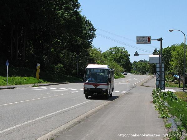 「小下里」バス停に近づく津南行路線バス